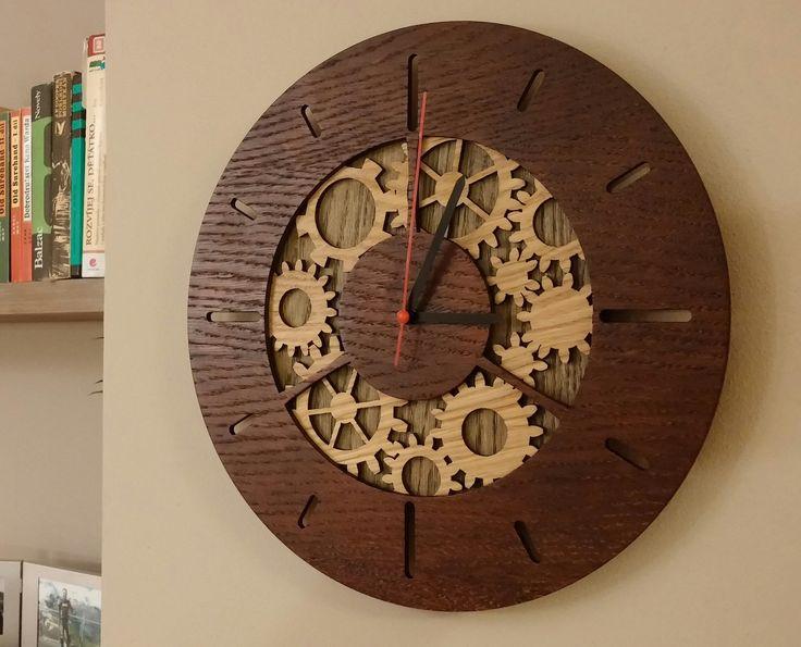Nástěnné hodiny mořené Nástěnné hodiny z dubové překližky , mořené a dvakrát lakované čirým lakem. Průměr 31 cm. Různá barevná provedení dle Vašeho přání. Stačí nás kontaktovat a my změníme Vaší představu v realitu. Vyrobené hodiny tu pro Vás vystavíme !