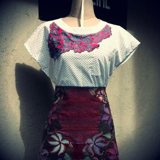 Mocheval elaborado en telar de cintura por artesanas Tzotziles de Chiapas. La blusa bordada en telar de pedal por artesanas Mayas de Yucatán. #FabricaSocial #Chiapas #Yucatan