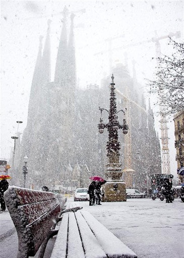Avenida Gaudí con La Sagrada Familia al fondo en una bonita estampa invernal, Winter Wonderland in  Barcelona Catalonia | Europe