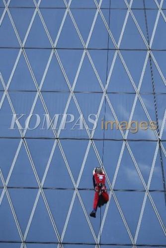 Aksi Alain Robert  Alain Robert atau manusia laba-laba, memanjat gedung Bakrie Tower, di kawasan Rasuna Epicentrum, Jakarta Selatan, Minggu (25/3/2012). Aksi Alain menaiki Gedung setinggi 215 meter ini dilakukan dalam rangka menyambut ulang tahun ANTV yang ke-19.