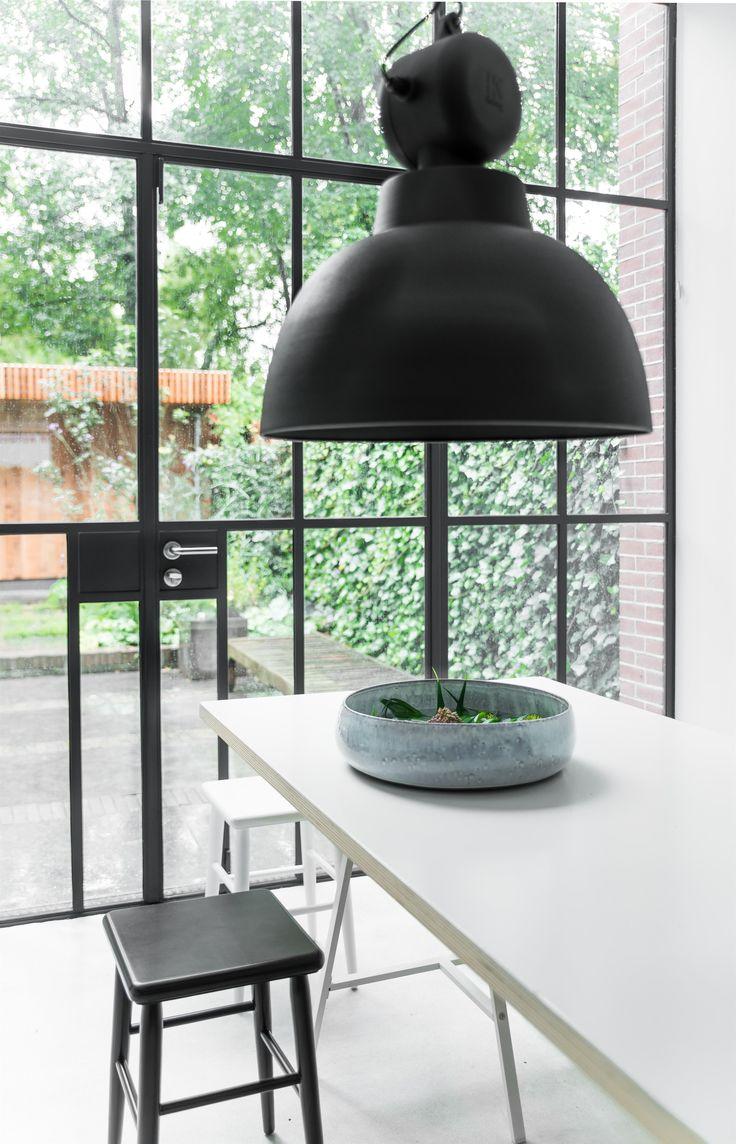 Nieuw van HK Living! Stoere industriële hanglamp in prachtig matzwart. Een krachtig accent in eigentijdse interieurs. Voor boven je keukentafel of in de serre boven de werktafel.