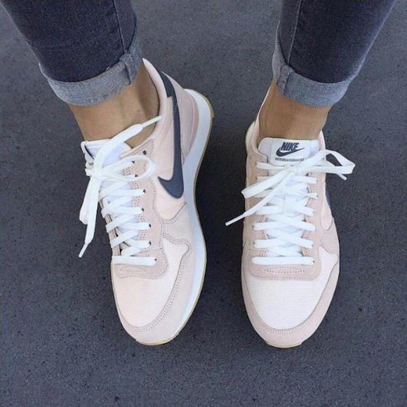 Baskets Nike Internationalist rose/gris >> www.taaora.fr/... #baskets #nike #sneakers