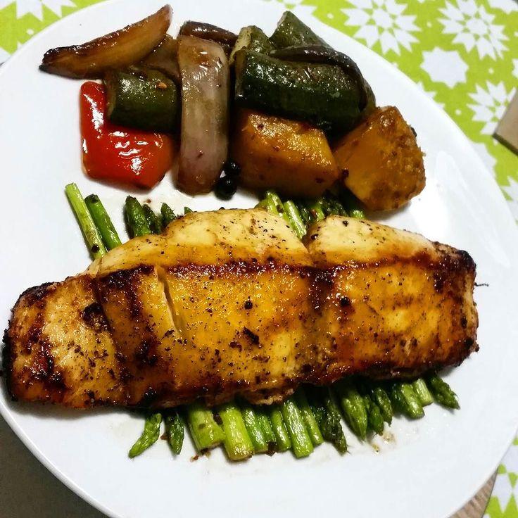Boa noite! Jantar de hoje teve os vegetais assados no forno que postei ontem peixe manteiga temperado com paprika sal e pimenta do reino e aspargos salteados em manteiga e alho . Good evening. My supper today was butter fish pan fried and seasoned with paprika salt and pepper roasted veggies and asparagus sauteed in butter and garlic .  #healthyfood #viversaudavel #cetogenica #lchf #comebaconporra #paleobrasil #keto #vemcomaDi #compartilhesabor #estudarfazbem #pratiquesaude #lowcarb…