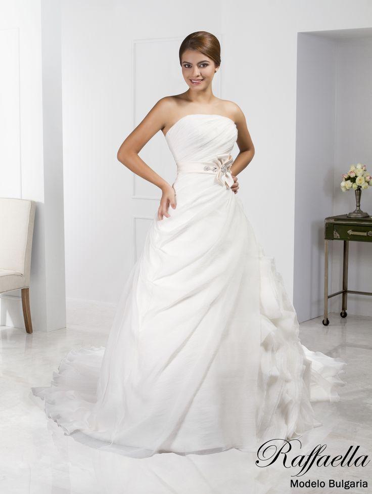 ¡Déjate enamorar por Bulgaria! un estilo vanguardista fusionado al romanticismo😍👌 ¡Escógelo para tu boda! 👰😉 #RaffaellaNovias