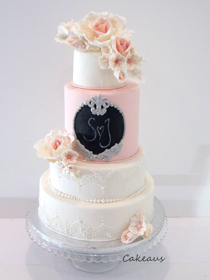 Romantic wedding cake with lace and roses - Romanttinen hääkakku ruusuilla, pitsillä ja helmillä.  www.cakeaus.com