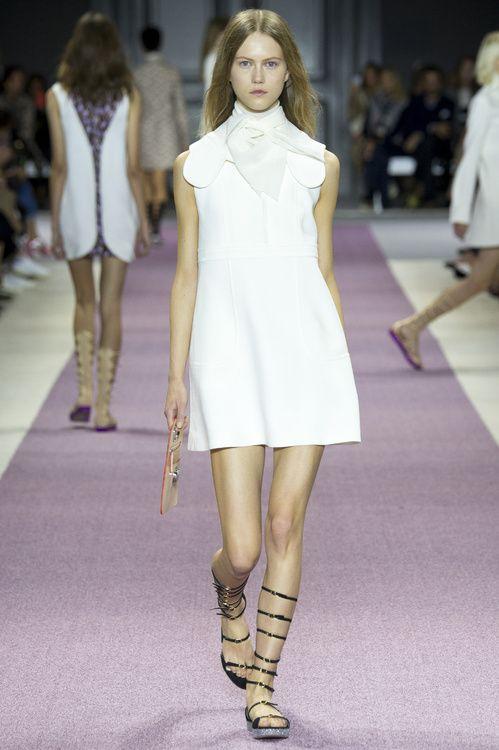 Robe blanche Le défilé Giambattista Valli printemps-été 2016 robe de mariée courte http://www.vogue.fr/mariage/inspirations/diaporama/les-robes-de-marie-de-la-fashion-week-printemps-t-2016-robes-blanches/23032#robe-blanche-le-dfil-giambattista-valli-printemps-t-2016