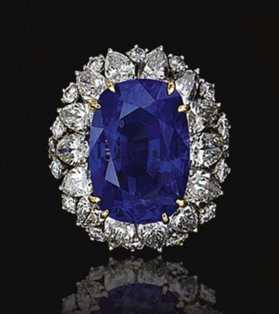 SAFIRA E ANEL DE DIAMANTE, IRMÃOS OSCAR HEYMAN. Garra-conjunto com uma safira em forma de almofada, pesando 17,84 quilates, dentro uma linha de diamantes em forma de pêra, mais decorados com pedras de lapidação brilhante, montado em platina e ouro amarelo
