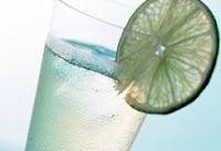 Ingredientes 1 l de vodka gelada  2 l de refrigerante de limão gelado  1 envelope de suco de limão em pó  1 l de água mineral com gás gelado...