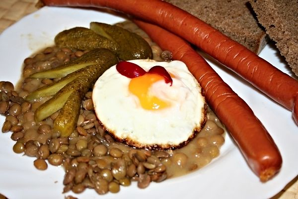 Čočka na kyselo s párky a vejcem