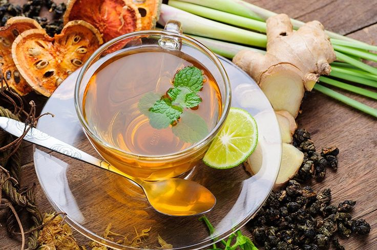 Gezonde thee zelf maken is eenvoudig. En je kunt eindeloos variëren met kruiden & specerijen zoals gember, kurkuma en kaneel. Zo maak je de thee...