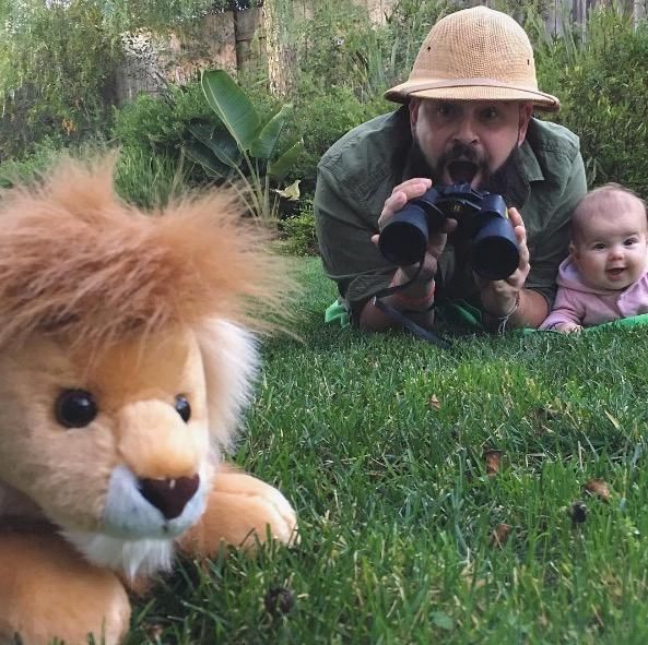 Sholom Ber Solomon aus Kalifornien setzt sich und seine neun Monate alte Tochter Zoe niedlich in Szene. Wenn sich Klein-Zoe später mal ihre Babyfotos ...