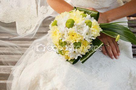 Bouquet da sposa bella di fiori di crisantemo giallo e verde nelle mani della sposa — Immagini Stock #65710977