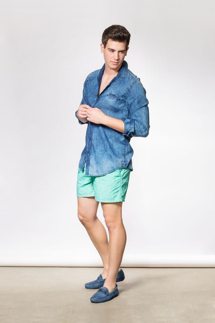 TIENDA y ESTILISMO: Mad & D409 Camisa jean: Gas  ·  Bañador: Fyord  ·  Mocasines: Carlo Torrecci  ·  Fotografía: Marc Barnils  ·  Ayudante estilismo: Rosa Olivella  ·  Modelo: Alejandro (Salvador Models & Actors)