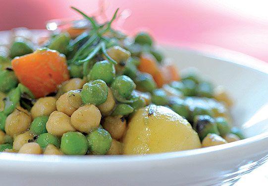 <b>Guiso vegetal</b><br> <p> <b>Ingredientes (para 4):</b> <i>1 lata de papines; 1 paquete de arvejas congeladas o 2 latas de arvejas; 1 lata de garbanzos; zanahorias congeladas; cebollas disecadas; aromáticas; 4 cdas. de aceite de oliva. Sal y pimienta.</i> <b> Preparación:</b> hidratá la cantidad de cebolla deseada en un poco de agua tibia, alrededor de 10'. En una sartén calentá el aceite, añadí los papines y la cebolla y doralos por todas sus caras. Agregá las zanahorias, las arvejas…