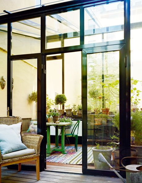 I uterummet/växthuset finns plats både för växter och en liten sittgrupp. Tolixstol från Garbo och bord och bänk från Raja.
