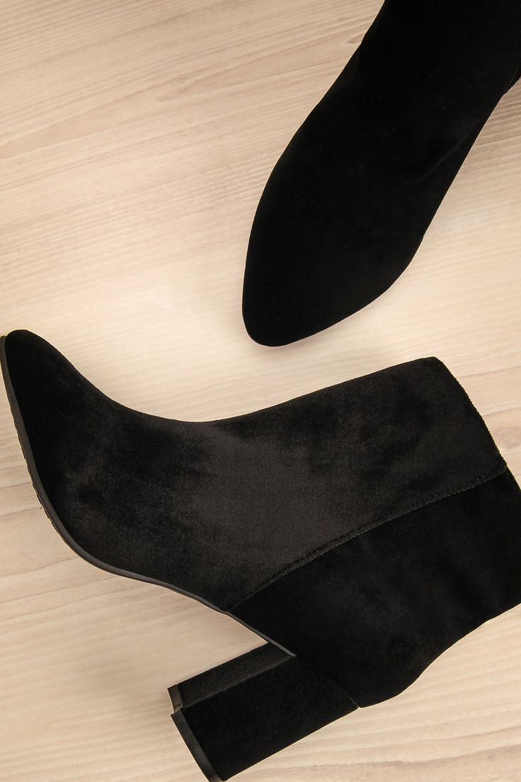 Ses jolis bottillons apportaient une touche rock'n'roll à sa tenue des fêtes. Her lovely little boots brought a rock'n'roll flavour to her holiday outfit. Black velvet ankle boots www.lapetitegarconne.ca