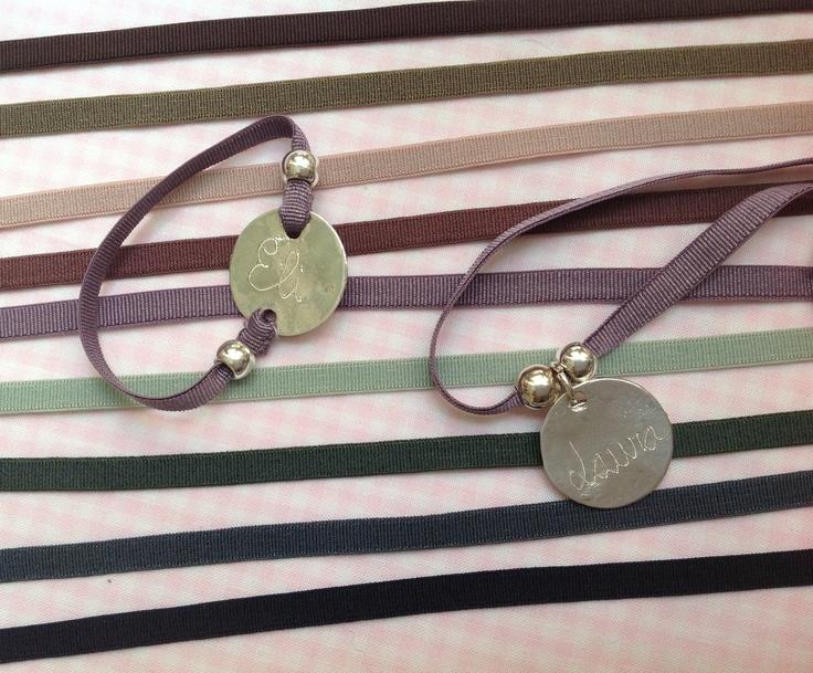 Collar corto y pulsera con medalla de plata grabada con el for Ideas para colgar medallas