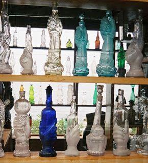 Molinete: Las Casas de Pablo Neruda. Botellas con formas raras manos