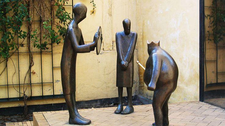 """Skulptur """" Kejserens nye klæder"""" - Brandts Passage 10 i Odense"""