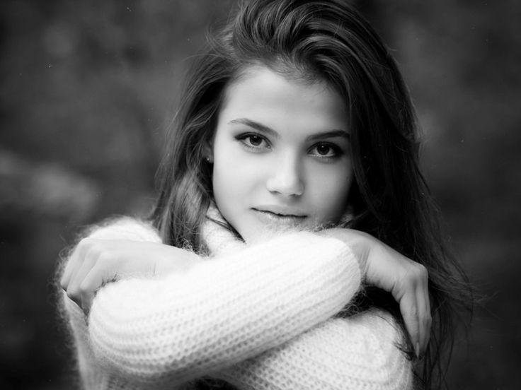 Девушка с обложки черно белое фото