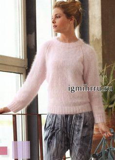 Мягкий и пушистый пуловер розового цвета из ангорской шерсти. Вязание спицами