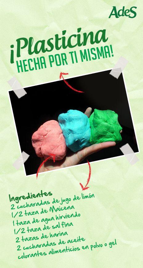 Puedes prepararla en la casa mezclando todos los ingredientes secos, y luego agregar los húmedos (el agua tiene que estar hirviendo), y comenzar a amasar, con cuidado de no quemarse (espera unos minutos si hace falta), hasta obtener una masa homogénea. Si  te parece pegajosa, déjala enfriar un poco y verás que toma mayor consistencia. A este punto puedes dividir la masa en porciones y darles color con los colorantes alimenticios, amasando nuevamente hasta que quede bien distribuido el color.