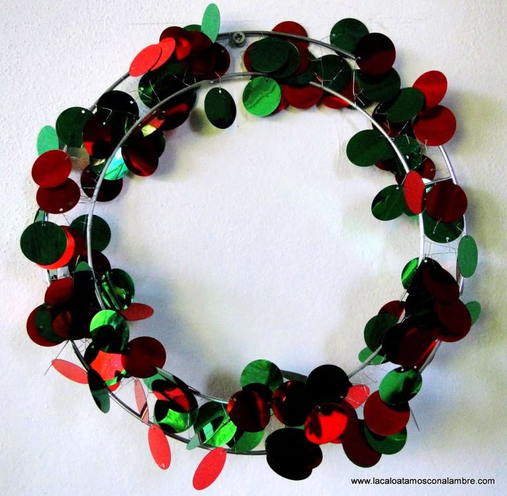 Rosca navideña hecha con alambre y lentejuelas gigantes
