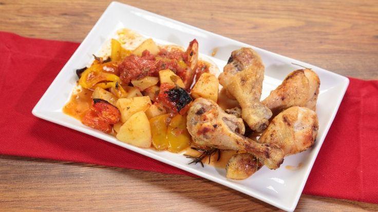 Ricetta Cosce di pollo al forno con patate: Cosce di pollo al forno fon patate, un secondo piatto veramente stupidissimo ma che sarà la vostra salvezza quando non saprete proprio che preparare per cena!