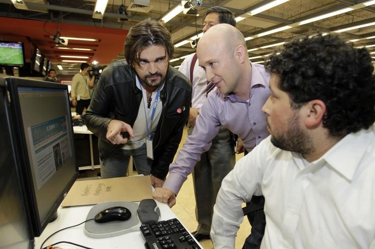 Junto al editor de portales informativos José Antonio Sánchez, a su derecha, y con la complicidad de Rafael Quintero, editor de ELTIEMPO.COM, Juanes habló de la importancia del portal.