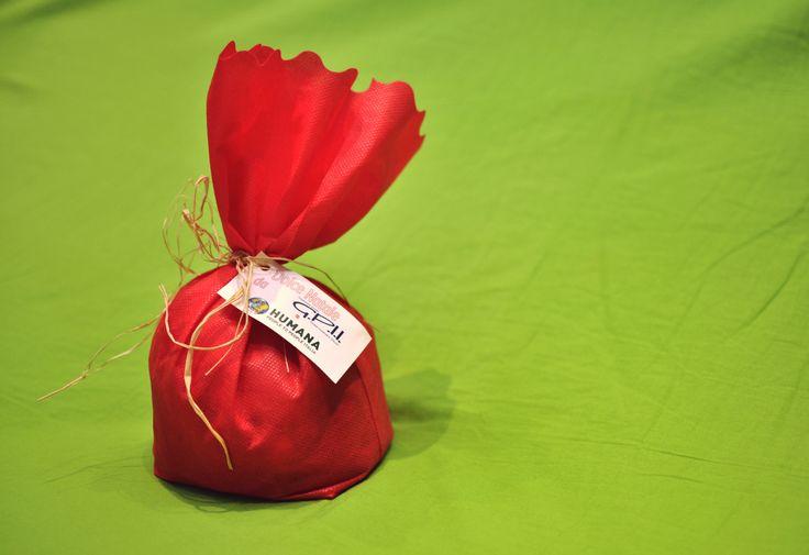 Per #Natale scegli i panettoni artigianali di #HUMANA. Ogni #panettone è realizzato da una realtà che impiega personale svantaggiato.  Personalizzazione dell'etichetta con logo aziendale e ragione sociale inclusa. #regalisolidali #humana #christmas #gift #doni #regali #regalo #natale2014 #africa #mozambique #congo #children