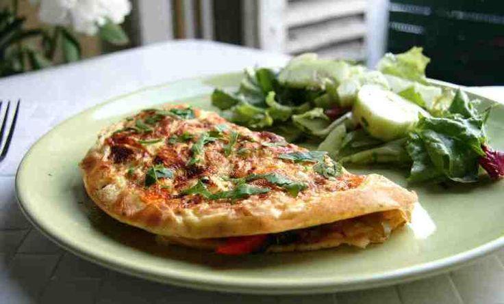 Νόστιμη ομελέτα με λαχανικά και τυρί Μια υγιεινή συνταγή ιδανική για ένα πλήρες γεύμα.