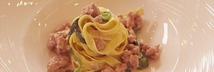"""Ingredienti della tradizione rivisitati in un primo piatto semplice e di sublime bontà: se non lo provi ti meriti una """"pacca"""" dello Chef Cannavacciuolo!"""