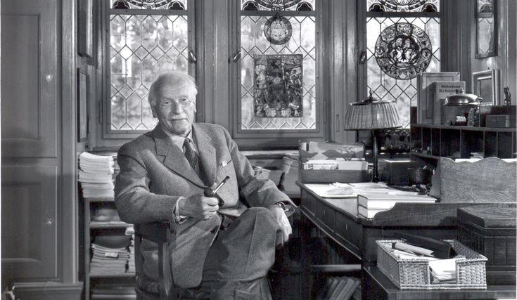 """""""O pensamento de Carl Gustav Jung trouxe uma nova perspectiva ao mundo da psicologia moderna. Muitos de seus conceitos são adotados de maneira exaustiva e, à mercê de interpretações, acabam sendo empregados erroneamente. Mas, a mais notável contribuição de Jung ao conhecimento psicológico é o conceito de inconsciente – não como um quarto de despejos dos desejos reprimidos (como é para Freud), mas como um mundo consciente e """"meditador"""" do ego."""""""