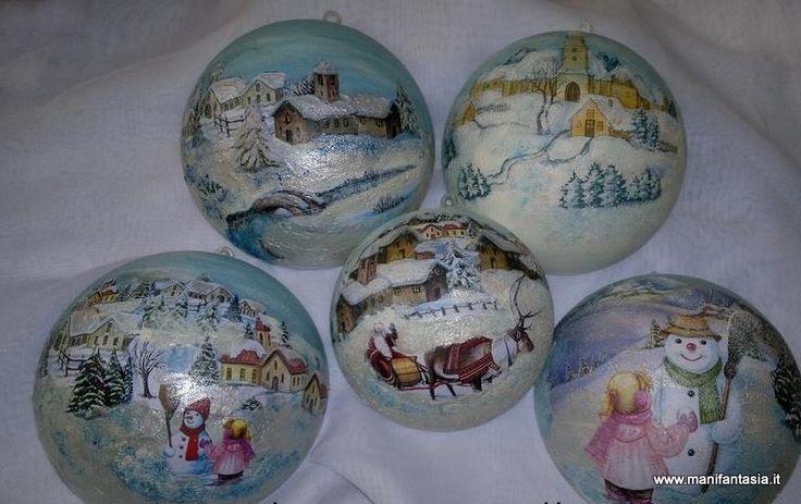 sfere natalizie decoupage pittorico ambientato le decorazioni sulle sfere sono semplici, con immagini di tovagliolino o carta di riso incollate all'interno