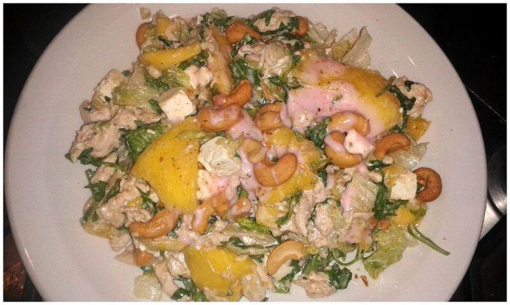 Maaltijdsalade met kip en mango.: voor 2 pers. 1 krop veldsla, 2 rijpe mango's,een dubble kipfilet eerst gekookt en dan gepluisd.2geperste knoflooktenen, peper en zout, chili peper,cashewnootjes,witte wijn azijn, fetablokjes en een aardbeien dressing.
