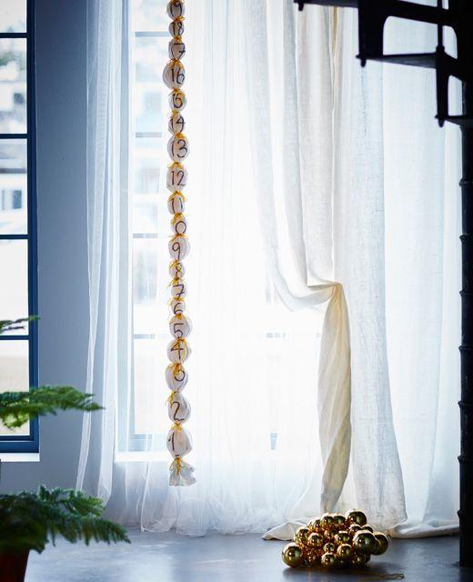 Calendrier de l'Avent décoratif pendu au plafond.
