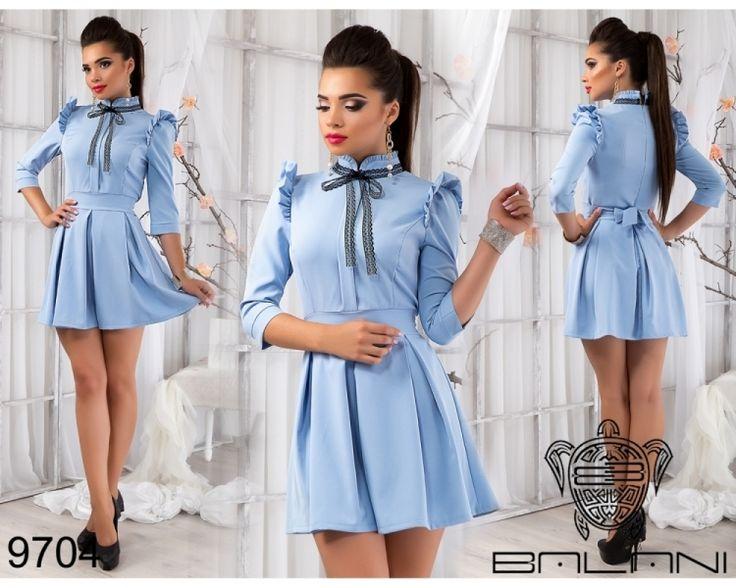 Платье с рюшами и расклешенной юбкой голубое