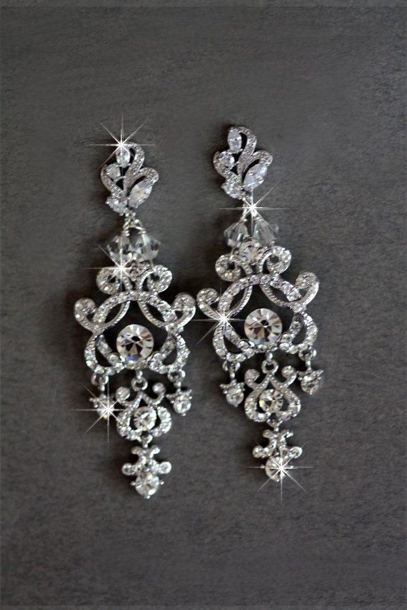 Hollywood-Glam Kristall Ohrringe, mit oberen Swarovski Kristalle Sett in Weissgold-Einstellungen gemacht. Sie sind ungefähr 3 Zoll lang.