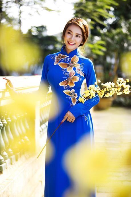 Linh Chi dịu dàng trong áo dài xuân