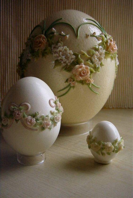 """kunstige eieren - """" Vários ovos (desde o de avestruz ao de galinha). Decorados com pasta para cerâmica, crochet e depois colado ao ovo """".:"""