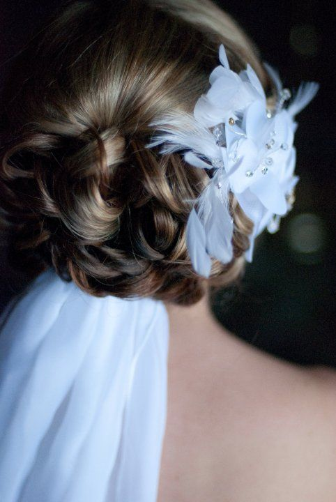 Bridal hair with feathers and veil.