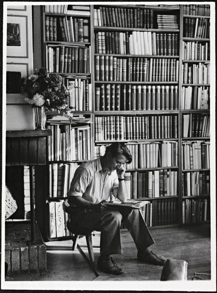 Thorbjørn Egner em sua biblioteca em 1947. O artista norueguês foi escritor, poeta, pintor, desenhista, ilustrador, publicitário, compositor e editor de livros. Nasceu em Oslo, na Noruega, em 12 de dezembro de 1912 e faleceu também em Oslo em 24 de dezembro de 1990. Egner foi na sua época considerado como a escola norueguesa de xilogravuras coloridas.