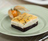 En riktigt härlig, söt och festlig moussetårta! Passar utmärkt att servera som dessert vid festligare tillfällen. Smaken av den vita chokladen gör att efterrätten blir både söt och len samtidigt som passionstäcket bidrar med syrlighet.