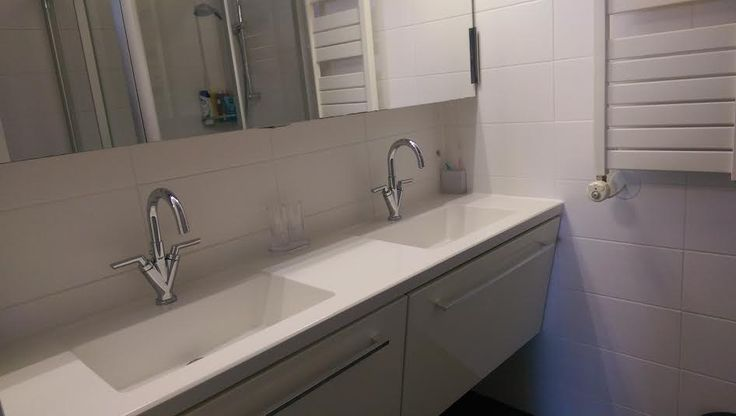 Badkamer, dubbele wastafel en douche.