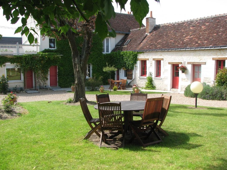 Bed and Breakfast La Haute Traversière . located on the GR41 road which lead to the Chateau de Chenonceau in Touraine (3 km).