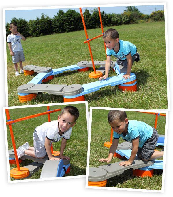 Parcours de gymnastique avec différentes activités permettant aux enfants de travailler l'équilibre et la coordination