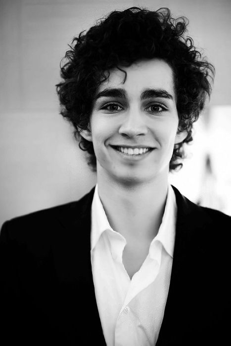 Robert Sheehan - a gorgeous Irish bloke with the most amazing eyes ive ever seen! <3