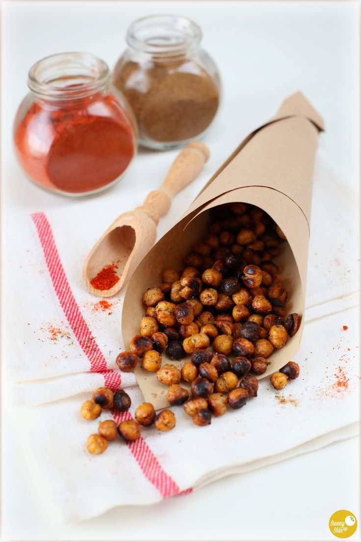 any compulsive crunchers and munchers around? here's the recipe for a very healthy and nutritious snack, packed with protein, low in fat and nooo sugar added! roasted chickpeas with cumin and chilli! eat 'till you drop and then eat some more! :D