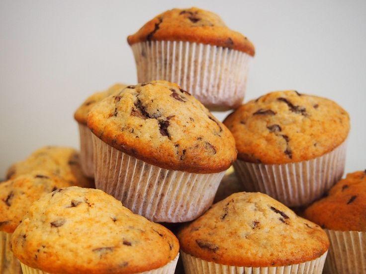 """Es ist mal wieder Schokoladenzeit, heute in Form von Muffins! Alle Welt isst ja irgendwie nur noch Cupcakes. Wo sind die guten alten Muffins hin, die noch ohne zuckersüßes """"Topping"""" oder """"Frosting"""" auskamen? Also bei mir gibt's sie noch :-). … Weiter"""