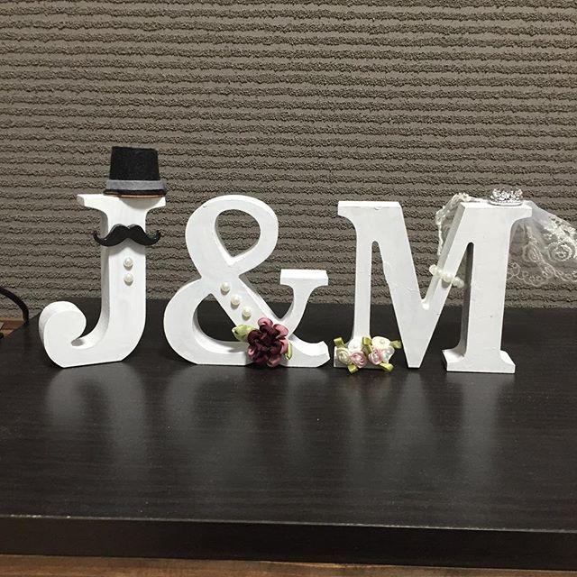 イニシャルオブジェも作って色塗って、飾り作って、貼り付けてを2ヶ月くらいかけて完成!笑 帽子はコーヒークリームにフェルトつけて、あとは全部100均♡ #100均 #プレ花嫁#イニシャルオブジェ#手作り#結婚式#結婚式準備#花嫁DIY#ウェディング#ダイソー